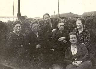 Klasina Bleker-Schutte en haar dochters